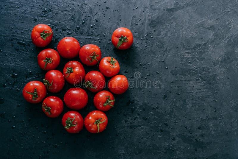 Odgórny widok świezi czerwoni pomidory mokrzy po deszczu Odbitkowa przestrze? na boku organiczne warzywa surowe jedzenie zdrowy p fotografia stock