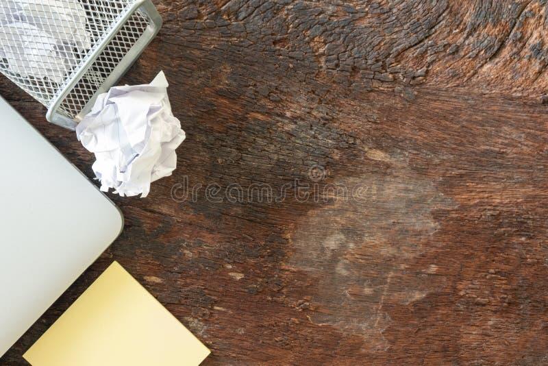Odgórny widok żadny pomysł - Papierowy grat miie papier spada przetwarza kosz, rzucał metalu koszykowy kosz, Przelewa się odpady obrazy stock