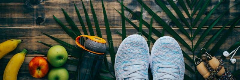 Odgórny widok Aktywny zdrowy styl życia pojęcie, sportów equipments, świezi foods na drewnianym tle, i Sie? sztandar obrazy royalty free