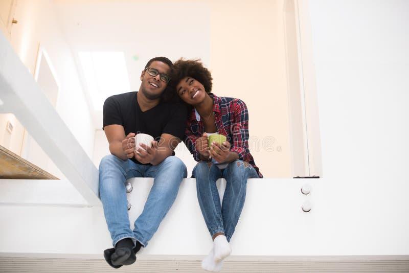 Odgórny widok atrakcyjna młoda amerykanin afrykańskiego pochodzenia para zdjęcie stock