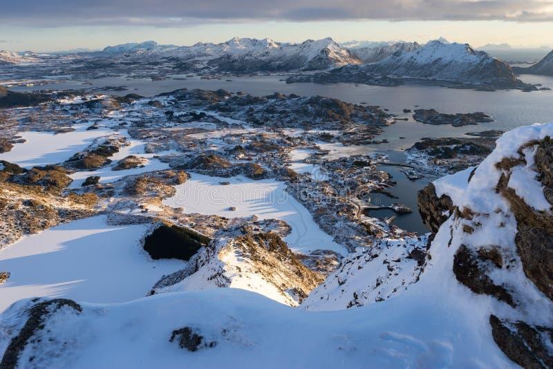 Odgórny widok Ballstad wioska w zima sezonie w Lofoten archipelagu, Norwegia, Scandinavia obraz stock