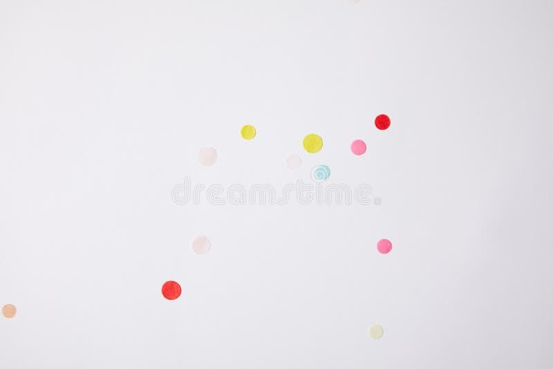 odgórny widok barwioni confetti kawałki odizolowywający na bielu obraz royalty free