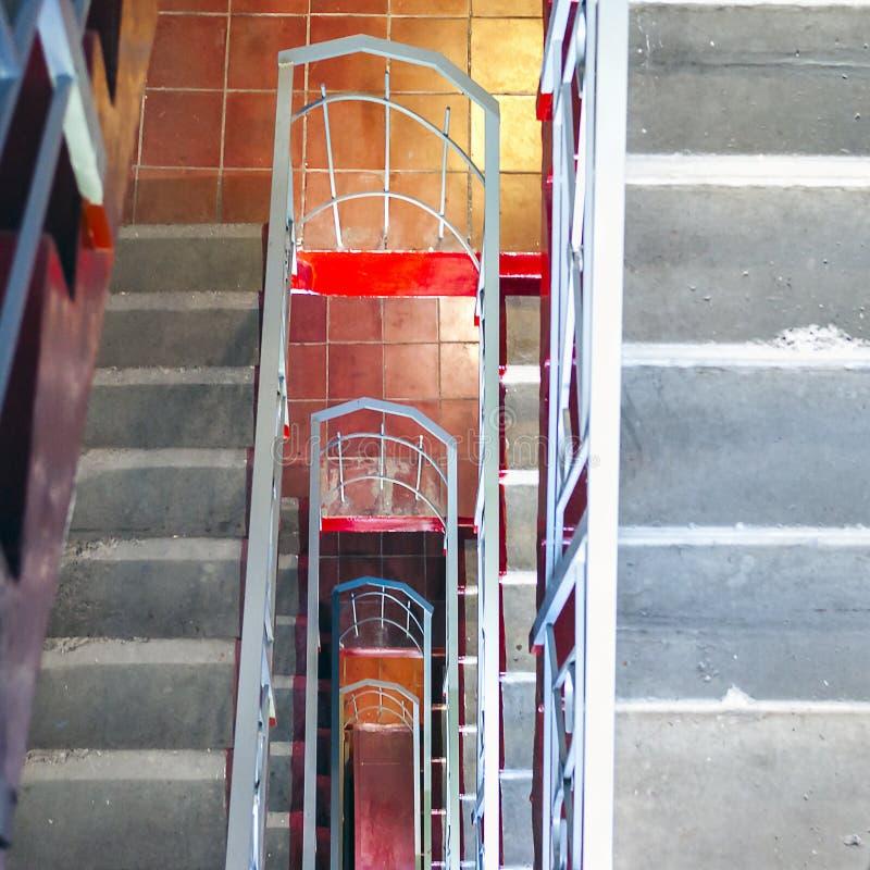 odgórny widok Betonowi schodki, metali poręcze w wysokim budynku mieszkalnym Wyjścia Ewakuacyjnego pojęcie obraz royalty free