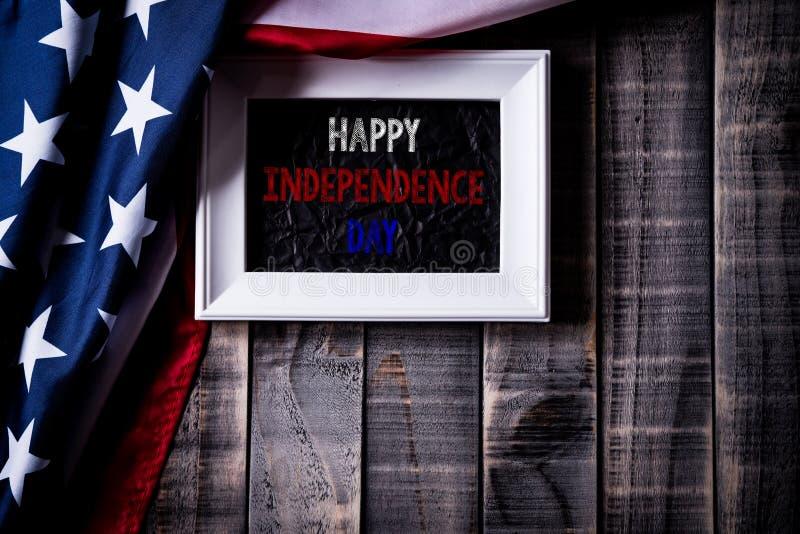 Odgórny widok biała obrazek rama z flagą Stany Zjednoczone Ameryka na drewnianym tle Dnia Niepodległości usa, pomnik zdjęcia stock