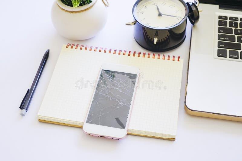 Odgórny widok biały biuro stół z laptopem, czarny budzik obrazy royalty free