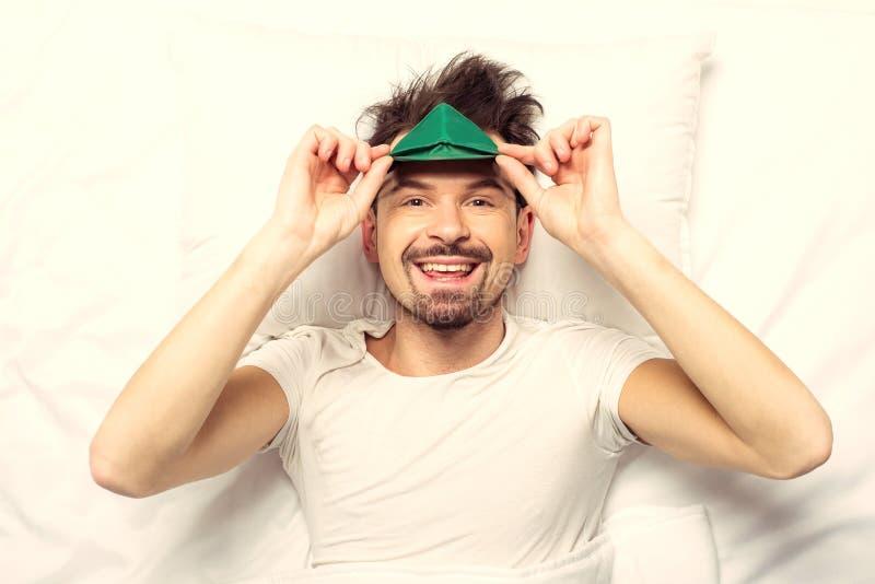 Odgórny widok Biały brodaty szczęśliwy mężczyzna kłama na łóżku zdjęcia stock