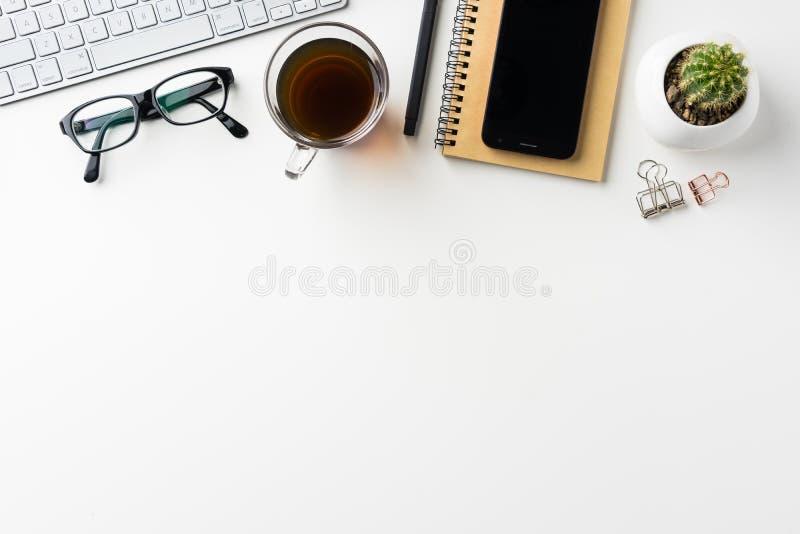Odgórny widok biały desktop tło z notatnikiem, mądrze telefonem, kaktusem i klamerką, etc dla mockup projekta obraz stock