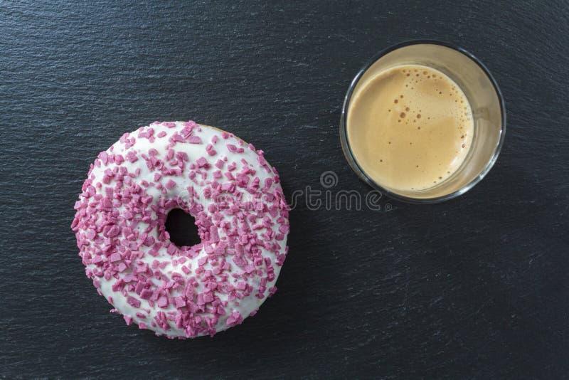 Odgórny widok biały oszklony pączek z kropi i kawa zdjęcie stock