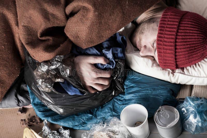 Odgórny widok biednego człowieka dosypianie na ulicie obrazy royalty free