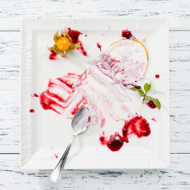 Odgórny widok bielu pusty talerz, brudny po posiłku na świetle zaleca się zdjęcie royalty free