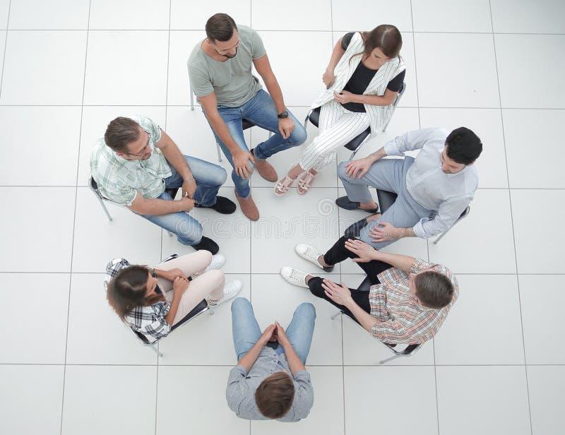 Odgórny widok biznes drużyna dyskutuje aktualne sprawy obraz stock