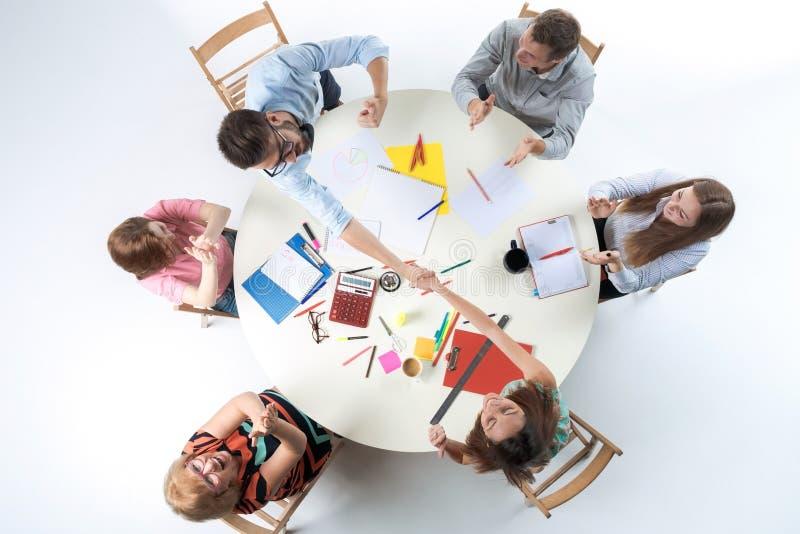 Odgórny widok biznes drużyna na workspace tle obraz stock