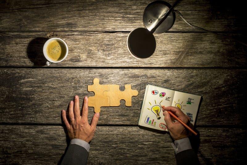 Odgórny widok biznesmena brainstorming przy jego drewnianym i działanie zdjęcie royalty free