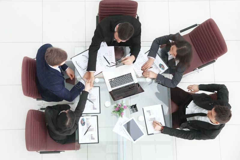 Odgórny widok biznesowa kobieta trzyma pracującego spotkania z biznes drużyną obrazy royalty free