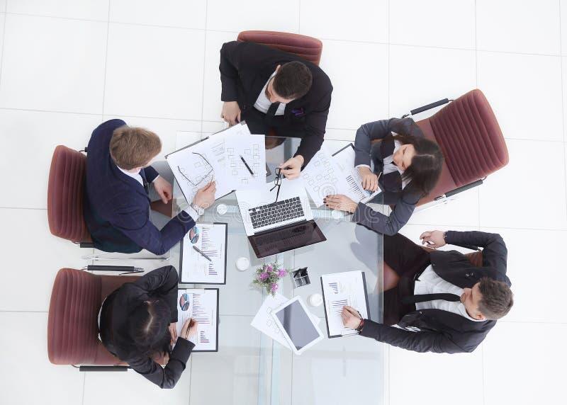 Odgórny widok biznesowa kobieta trzyma pracującego spotkania z biznes drużyną obraz stock