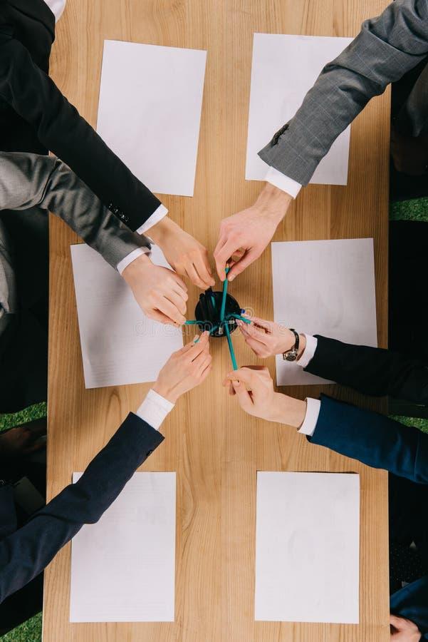 Odgórny widok biznesowi koledzy bierze ołówki przy stołem z czystymi papierami obraz stock