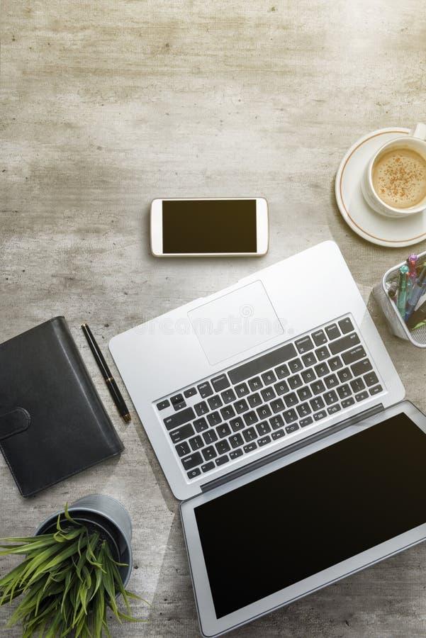 Odgórny widok biznesowy biurko z laptopem, telefon komórkowy, kawa, puszkował rośliny, notatnika i biznesu akcesoria, obraz royalty free
