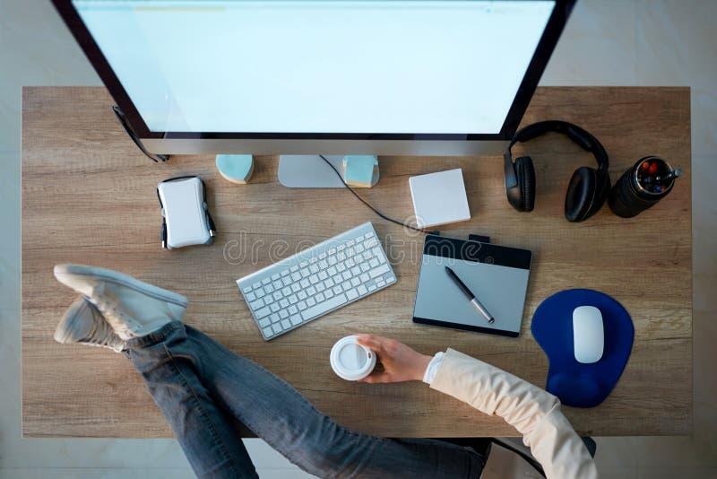 Odgórny widok biznesowy pracujący biurko - projektant grafik komputerowych bierze coff obraz stock