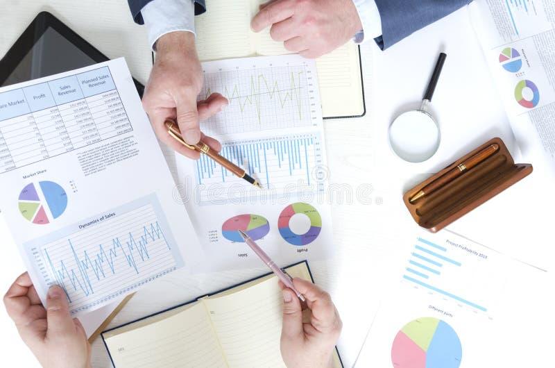 Odgórny widok biznesowy spotkanie i dyskusji pieniężna sytuacja firma Udział pieniężni dociments, bizneswoman i busi, obrazy stock