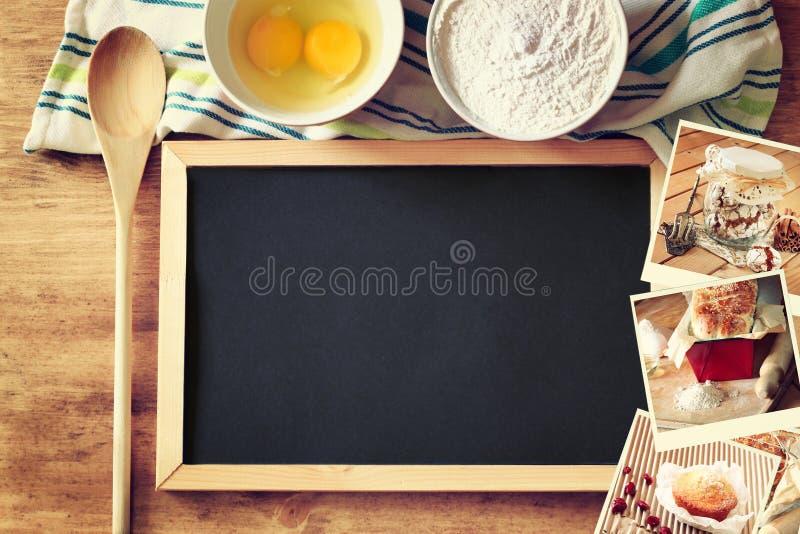Odgórny widok blackboard i drewniana łyżka nad drewnianym stołem i kolażem fotografie z różnorodnym jedzeniem i naczyniami zdjęcia stock