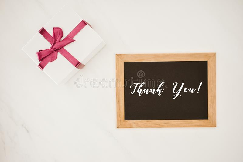 odgórny widok blackboard w ramie z DZIĘKUJE CIEBIE literowania i prezenta pudełko zdjęcia royalty free