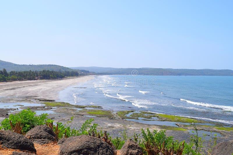 Odgórny widok brzeg Arabski morze z Zachodnimi Ghat wzgórzami przy Ladghar, maharashtra, India obrazy royalty free