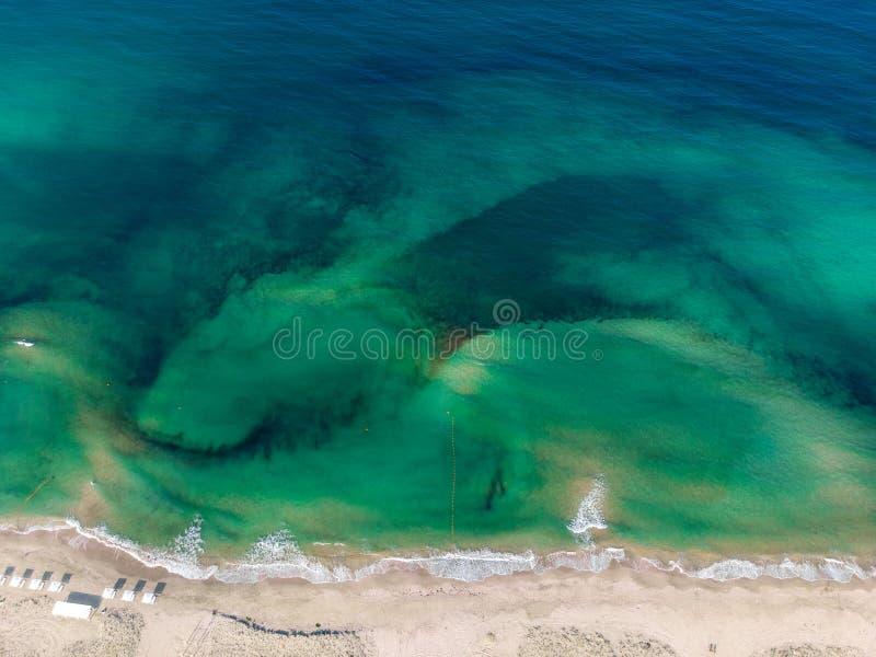 Odgórny widok brzegowy i zielony morze w Crimea fotografia stock