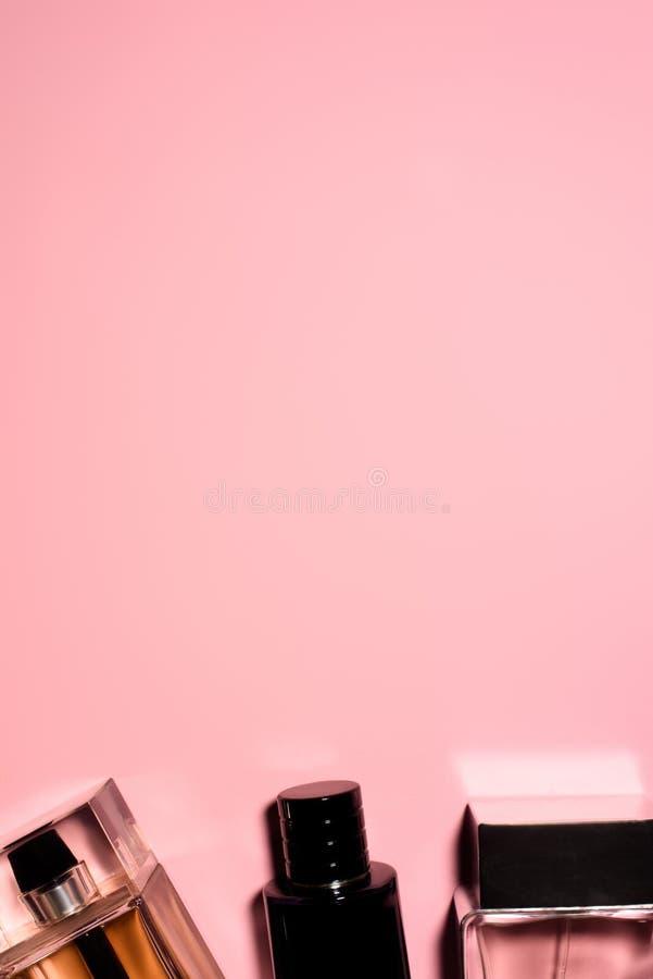 odgórny widok butelki różnorodny pachnidła na pustym miejscu zdjęcia royalty free