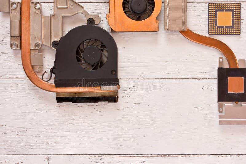 Odgórny widok chłodniczy system na białym drewnianym tle Heatpipe i grzejniki, mikroprocesor zdjęcia stock