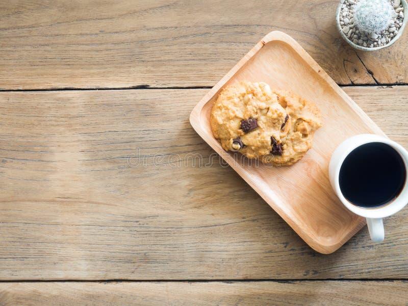 Odgórny widok ciastka z czekolady i macadamia dokrętkami Umieszczający na drewnianym talerzu zdjęcia royalty free