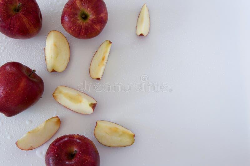 Odgórny widok crispy czerwoni jabłka na białym tle, przestrzeń dla teksta fotografia royalty free
