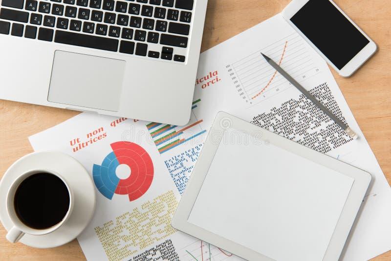 Odgórny widok cyfrowa pastylka z pustym ekranem, laptopem, filiżanką kawy i smartphone przy miejscem pracy, obrazy royalty free