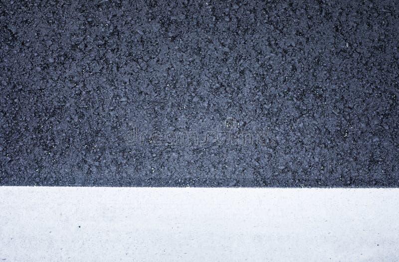 Odgórny widok czarna asfaltowej drogi tekstura z białą kolor linią zdjęcie royalty free