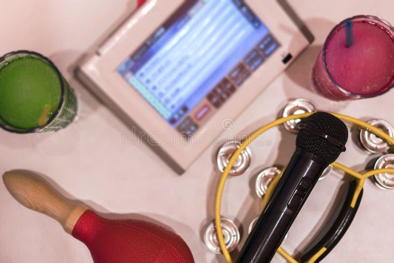 Odgórny widok czarny mikrofon w karaoke klubie z dalekim kontrolerem, melon zdjęcia stock