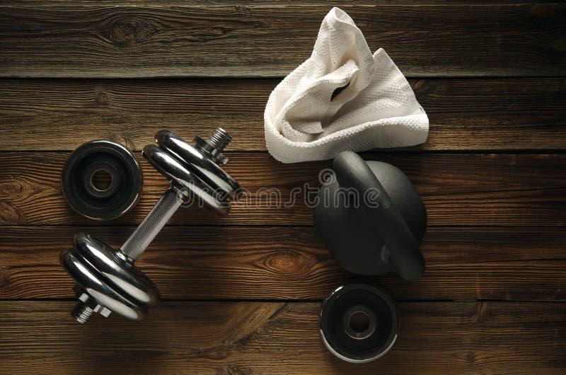 Odgórny widok czerni żelaza kettlebell, dumbbell i biały ręcznik na w, zdjęcie stock