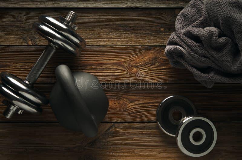 Odgórny widok czerni żelaza kettlebell, dumbbell i popielaty ręcznik na wo, obrazy stock