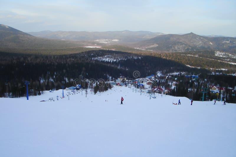 Odgórny widok długa zjazdowa trasa i ośrodek narciarski zdjęcie stock