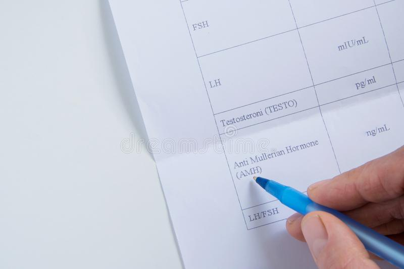 Odgórny widok doktorska ręka konsultuje badania krwi spisuje dla żeńskich hormonów/plenność obraz stock