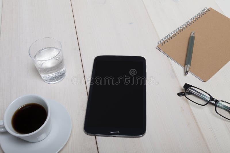 Odgórny widok drewniany pracy biurko z pastylka komputeru osobistego notatnika szkłami g obrazy stock