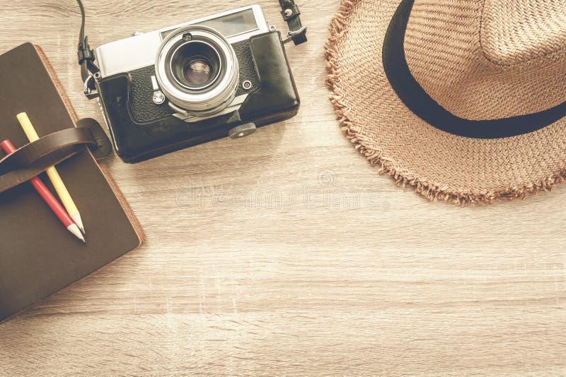 Odgórny widok drewniany stół z akcesoriami fotografia royalty free