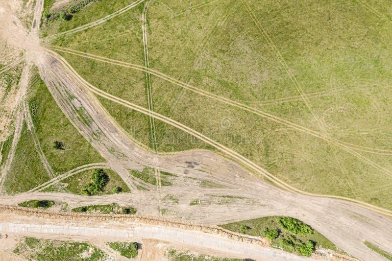 Odgórny widok droga biegowego śladu zieleni pola skrzyżowanie zdjęcie stock