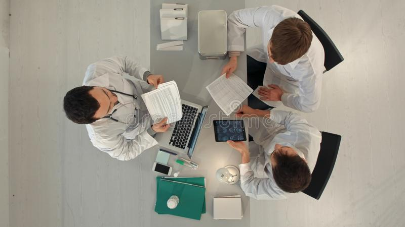 Odgórny widok drużyna lekarki ma spotkania w medycznym biurze obrazy royalty free