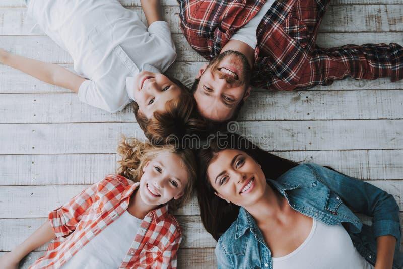 Odgórny widok Duzi szczęśliwi rodzinni kłamstwa na podłoga w gwiazdowym kształcie wpólnie zdjęcia stock