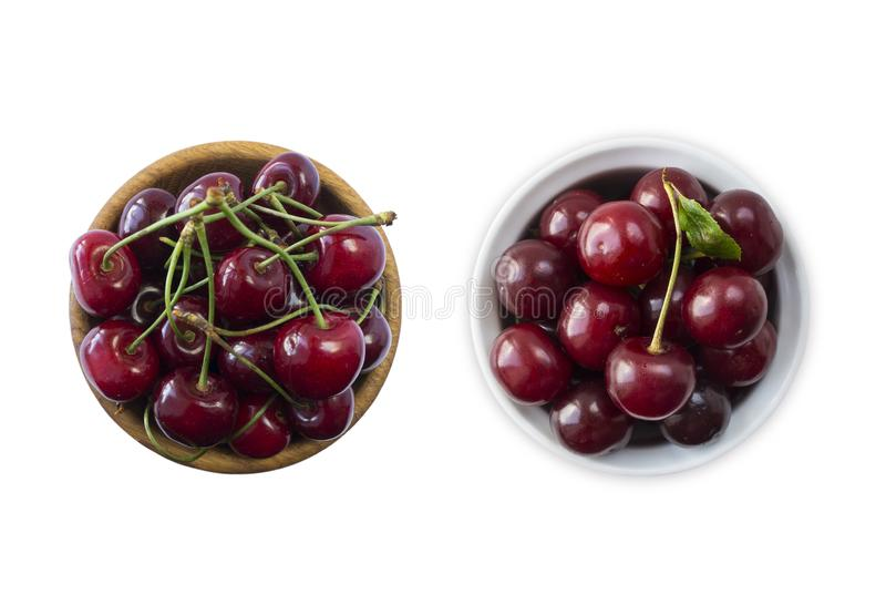 Odgórny widok Dwa pucharu wiśnia Świeże czerwone wiśnie kłaść na białym odosobnionym tle z kopii przestrzenią Wiśnie w pucharze T zdjęcie stock
