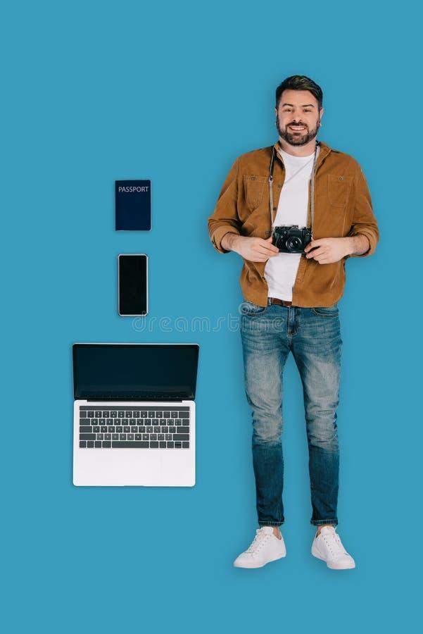 odgórny widok elegancki męski podróżnik z fotografii kamery laptopu paszportem i smartphone zdjęcia royalty free