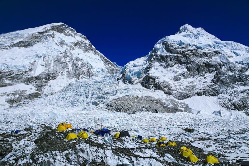 Odgórny widok Everest arywistów ` namioty na Khumbu lodowu obraz royalty free