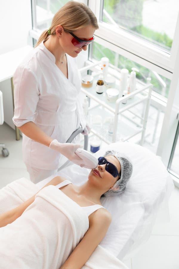 Odgórny widok fachowy kobiety lekarki działanie zdjęcia stock