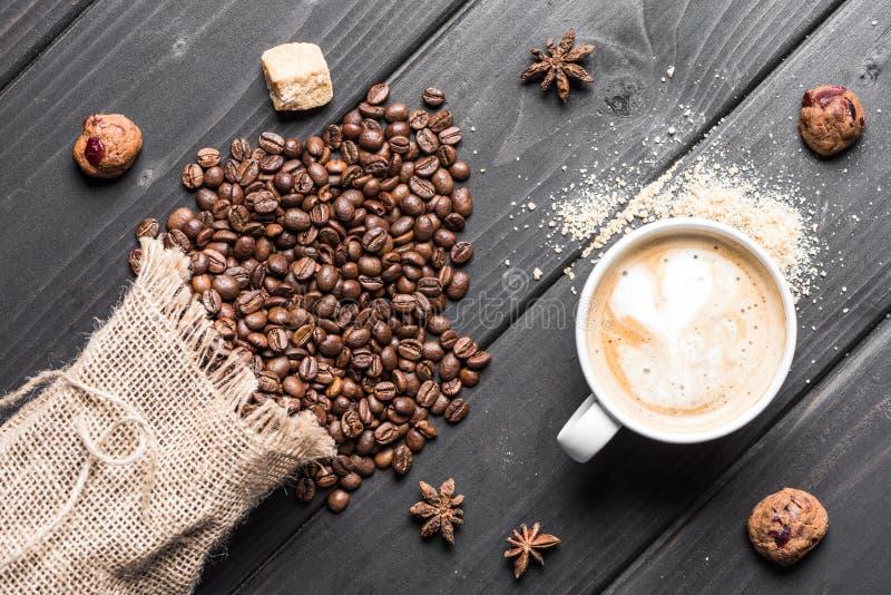 Odgórny widok filiżanka kawy, anyżowe gwiazdy, kawowe fasole i ciastka, zdjęcia royalty free