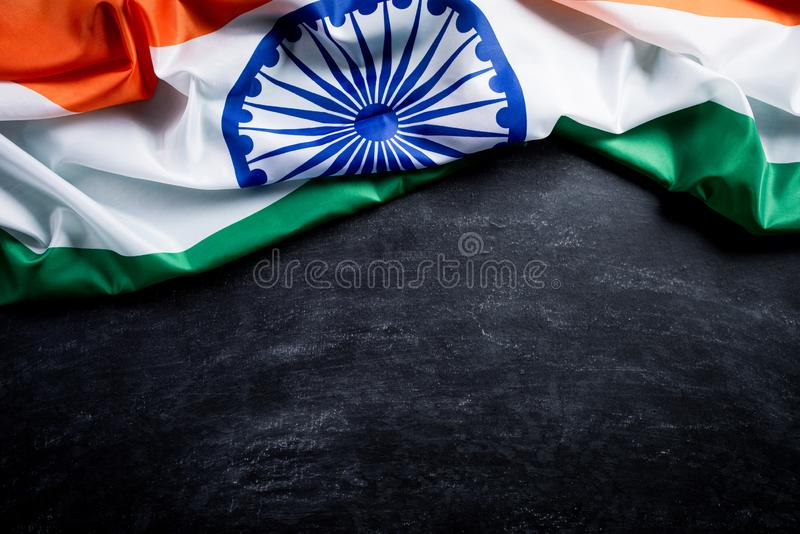 Odgórny widok flaga państowowa India na blackboard tle India?ski Dzie? Niepodleg?o?ci zdjęcia stock