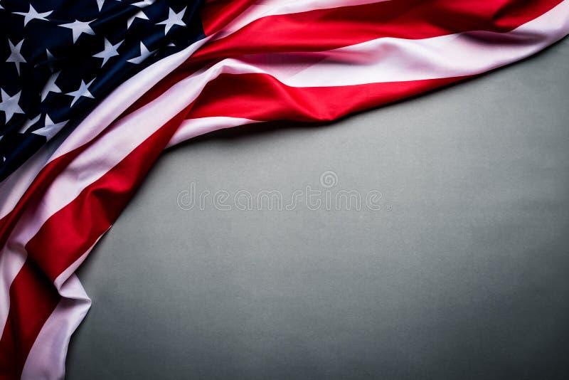 Odgórny widok flaga Stany Zjednoczone Ameryka na szarym tle Dnia Niepodleg?o?ci usa, pomnik obrazy stock